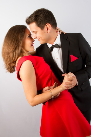 Loving couple in bright clothes dancing on the park Stockfoto