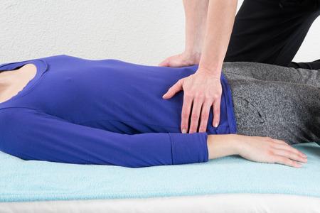 Nice et jeune femme ayant un massage Shiatsu Banque d'images - 39262785