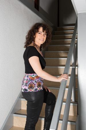 climbing stairs: Happy donna salire le scale Archivio Fotografico