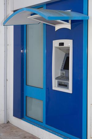 automatic transaction machine: Un cajero automático azul con nadie delante