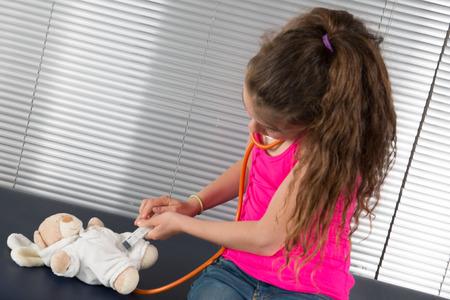 reassurance: Mujeres examen m�dico una ni�a en un hospital