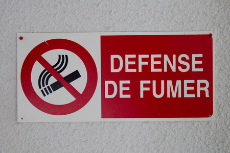 interdiction: The sign no smoking. with French text No Smoking