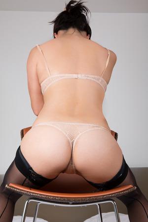 cuerpos desnudos: Vista trasera de una mujer sexy en lencería Foto de archivo