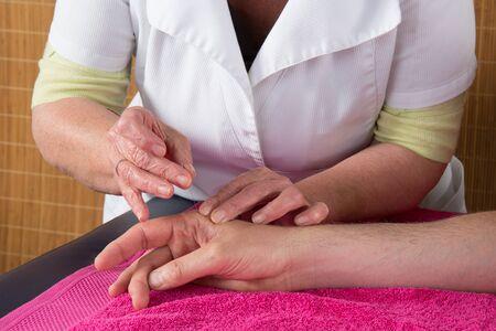 acupuntura china: Hombre en una terapia de acupuntura en un centro de Spa