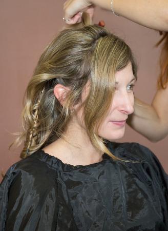 kapster: Portret van een blonde vrouw bij kapper