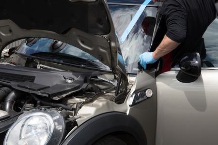 Glazenmaker verwijderen voorruit of voorruit op een auto Stockfoto