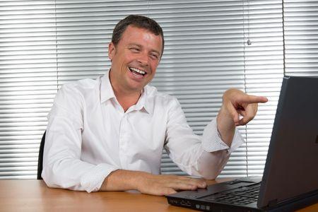 buen trato: El hombre de negocios r�e de su escritorio cuando se entera de que �l sell� un buen negocio