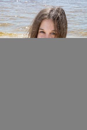 Teenager-Alter, Mädchen im blauen Schwimmenklage am Strand Standard-Bild - 41402166
