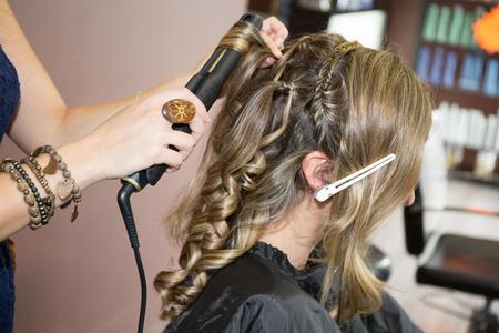 coiffeur: Portrait d'une femme blonde au salon de coiffure