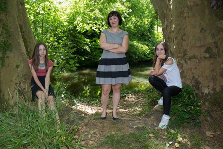 madre soltera: Familia encantadora de tres 2 ni�as y madre soltera