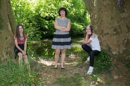 AlleinerzieherIn: Sch�ne Familie mit drei 2 M�dchen und alleinerziehende Mutter