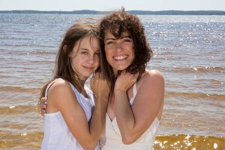 gemelas: Madre y su hija se divierten juntos