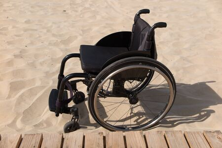 Fauteuil roulant dans le sable Banque d'images - 42957673