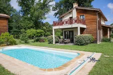夏のプライベートのスイミング プール
