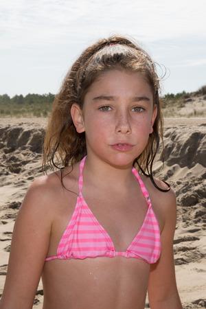 ba�arse: Ni�a, 10, en la playa en el oc�ano