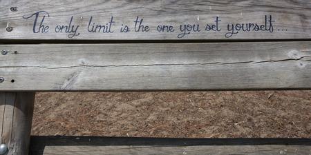 frase: Una sentencia es escribir sobre tabla de madera