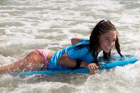 Mädchen, das auf dem Körper Bord Spaß Standard-Bild - 43742057