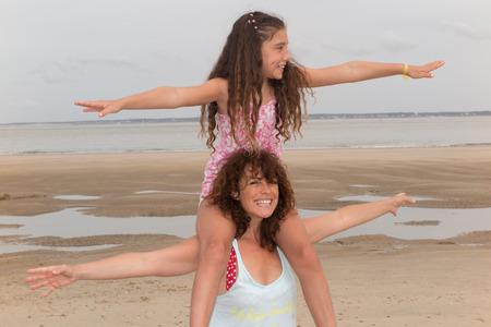 familias felices: Famil feliz, encantadora hija y madre