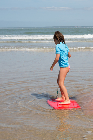 boogie: Girl at the ocean surfing
