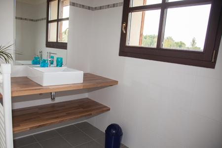 spacious: View of a spacious and elegant bathroom