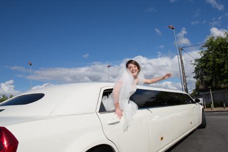 Luxe limo limousine met een bruid onder de blauwe hemel Stockfoto