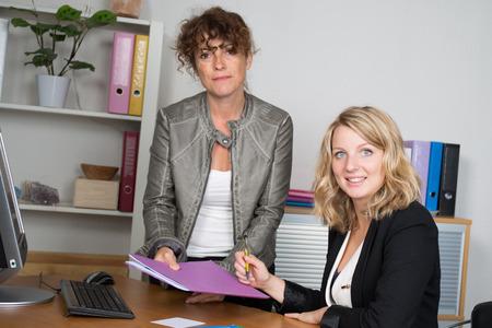 Dos mujeres trabajando juntas en una oficina moderna Foto de archivo - 45389283