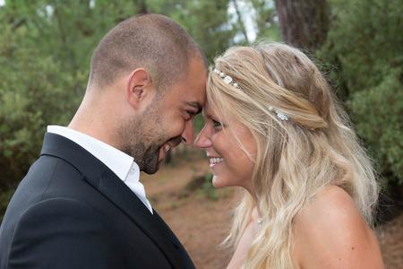 pareja apasionada: La novia y el novio mirando con cari�o el uno del otro. Foto de archivo