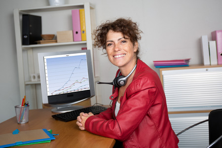 chaqueta: Mujer con el pelo casta�o y rizado en la chaqueta de cuero rojo Foto de archivo