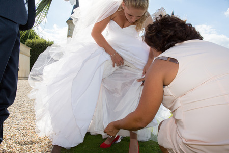 finds: The bride finds a hole on her wedding dress