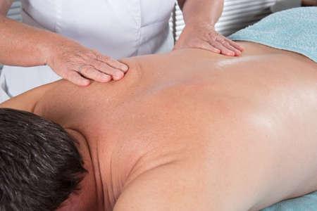 massage homme: Gros plan sur le dos de l'homme - Massage