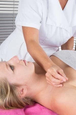 acupuntura china: El tratamiento con acupuntura en paciente joven mujer atractiva