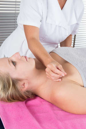 acupuntura china: Acupuncture treatment on young attractive female patient