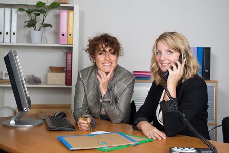 mujeres trabajando: Equipo de negocios en el trabajo hablando juntos