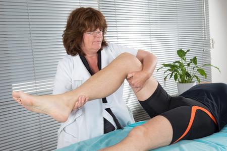 fisioterapia: Paciente en la fisioterapia haciendo ejercicios de fisioterapia con su terapeuta Foto de archivo