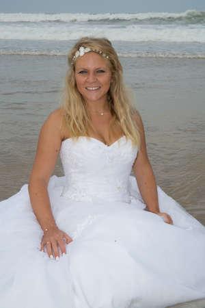 siervo: Mujer rubia novia en la playa en verano Foto de archivo