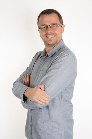 viso uomo: Ritratto di un uomo casual elegante con le braccia incrociate