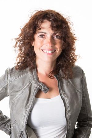 capelli lisci: La donna, di mezza età, con una giacca di pelle verde sorridente