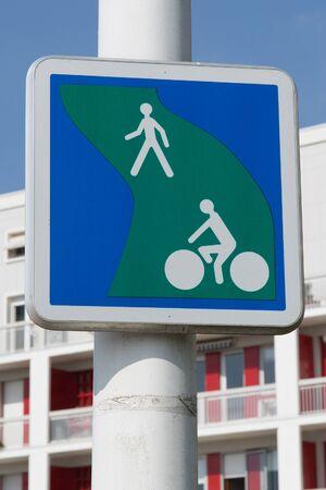 ciclos: Bicicletas y el carril peatonal. British ruta segregado señal de tráfico para los ciclomotores y peatones Foto de archivo