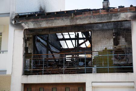 quemado: Las ruinas carbonizadas y restos de una casa incendiada