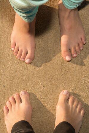 piedi nudi di bambine: Barefoot girls on the sand at the beach Archivio Fotografico