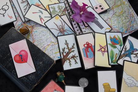 Esoterische tafel met astrologische wiel, magisch slinger, tarots, helende stenen Stockfoto