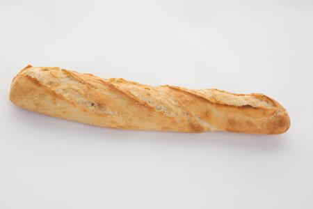 Pain baguette française isolé sur blanc