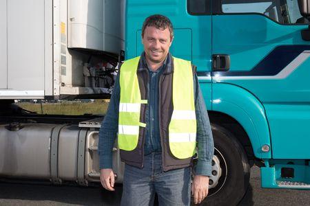 ciężarówka: Logistyka - dumny kierowca lub spedytor w sterownikach pokrywie samochodu ciężarowego i przyczepy, na punkcie przeładunkowym Zdjęcie Seryjne