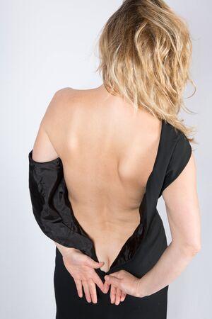 chica desnuda: Sexy y belleza que consigue desnudarse mujer - vista posterior Foto de archivo