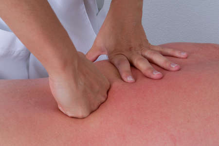 masaje deportivo: Customer is relaxing in massage at the spa - Close -up on back