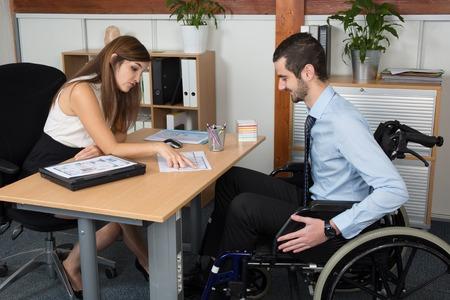 personas trabajando: Discapacidad y trabajo en una oficina brillante y limpio