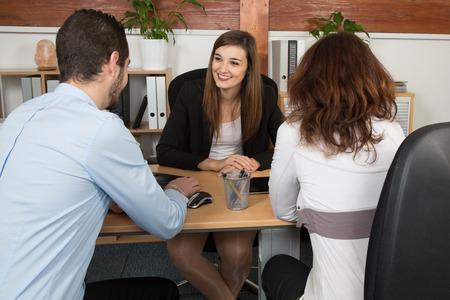 Financieel adviseur of advocaat het geven van advies aan gelukkig en mooi paar Stockfoto