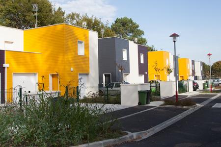 viviendas: Fila de una promoción de viviendas de nueva construcción moderna