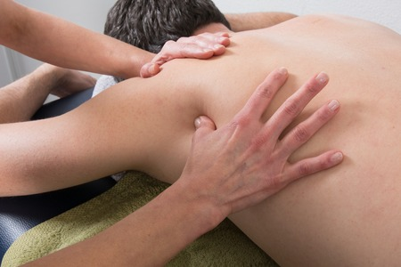 masaje: Primer plano de la persona que recibe tratamiento de Shiatsu de un terapeuta