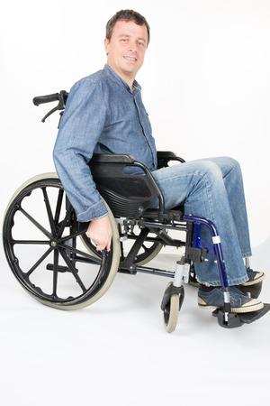 paraplegico: Retrato de longitud completa de hombre con discapacidad en silla de ruedas sobre fondo blanco